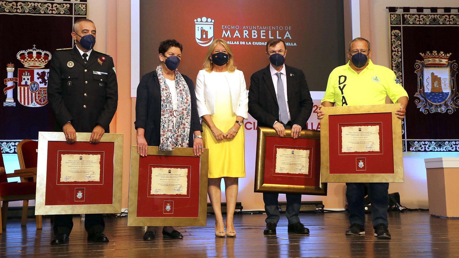 Entregadas las Medallas de la Ciudad a la Asociación DYA, la Policía Local y el Hospital Costa del Sol