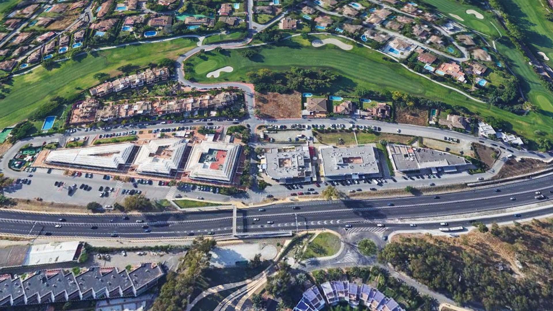 El Ayuntamiento construirá un ecoaparcamiento de 118 plazas en el Centro Comercial Guadalmina