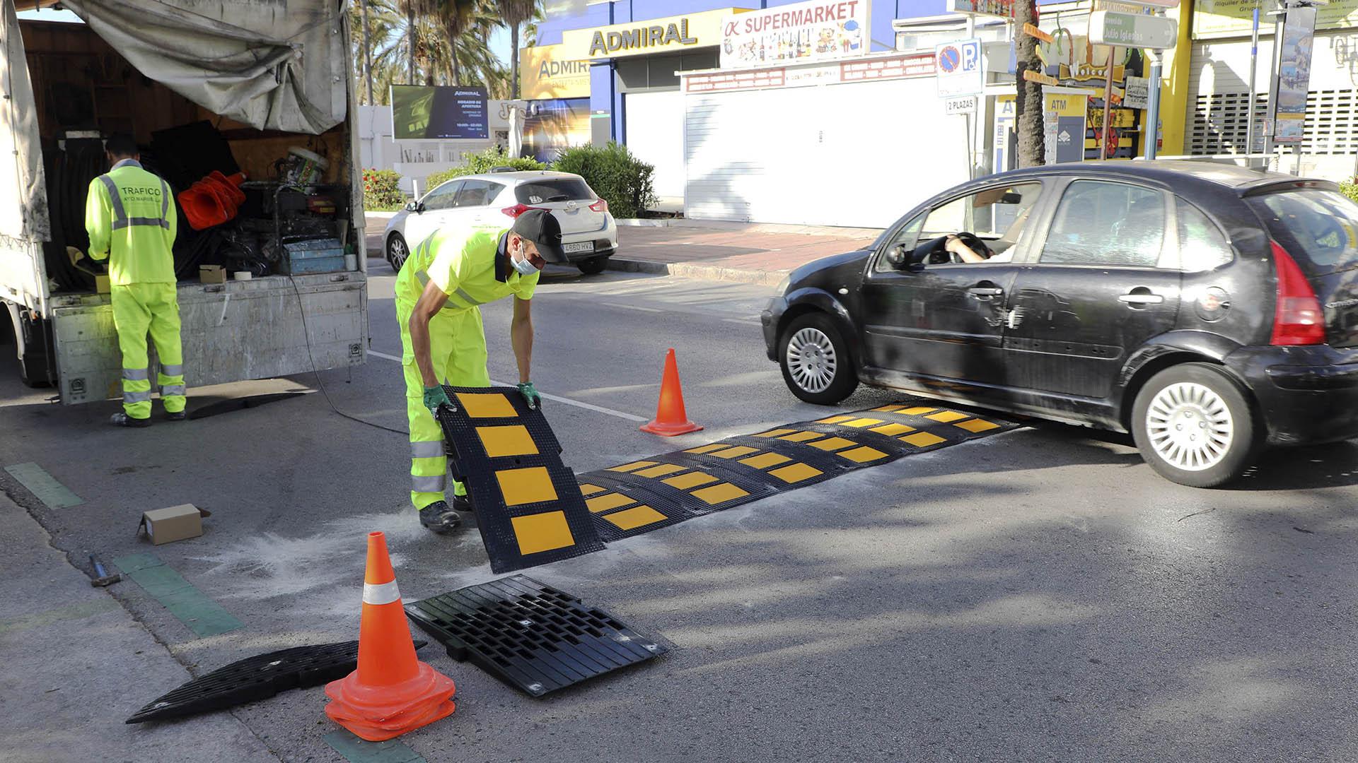 El Ayuntamiento instala 172 planchas repartidas en 14 puntos de bandas reductoras de velocidad en Puerto Banús